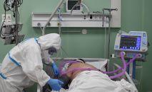Медицинский работник и пациент в палате интенсивной терапии во временном госпитале COVID-19 на ВДНХ в Москве.