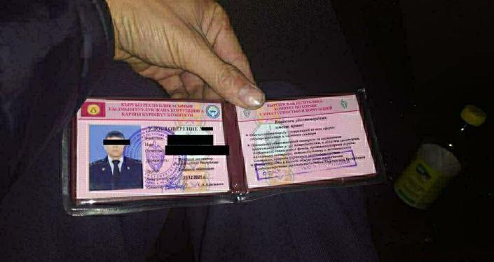 Поддельное удостоверение, которое водитель предъявил сотрудникам милиции. 25 октября 2020 года