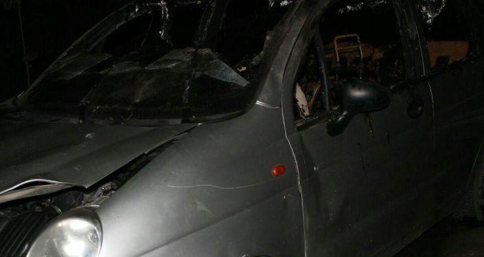 Сгоревший автомобиль в Кара-Суйском районе, в результате которого скончались двое детей.
