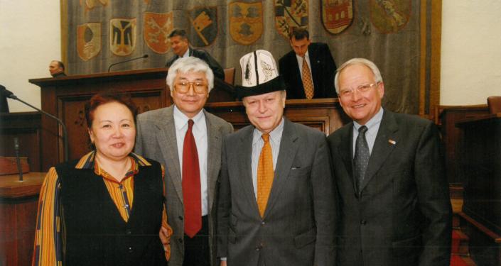 Сактанбек Кадыралиев (слева второй) вместе со спикером парламента Баварии. Мюнхен. 2000 год