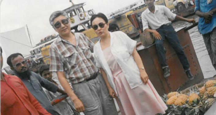 Сактанбек Кадыралиев вместе с супругой Чолпон . Бангладеш. 1987 год