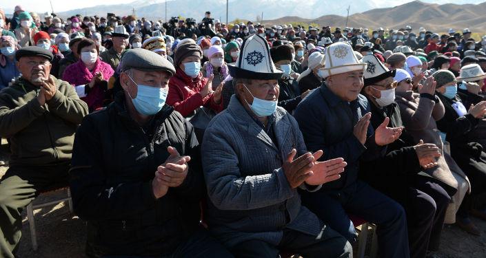 Местные жители во время рабочей поездка и. о. Президента Садыра Жапарова в Нарынскую область. 25 октября 2020 года