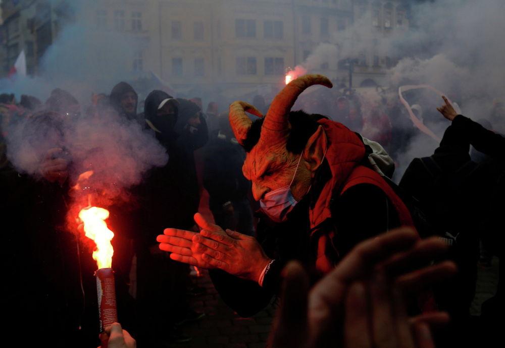 Демонстранты протестуют против ограничений чешского правительства на Староместской площади в Праге. Чешская Республика, 18 октября 2020 года