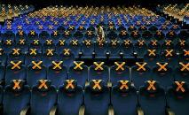 Кинотеатрдын кызматкери. Архивдик сүрөт