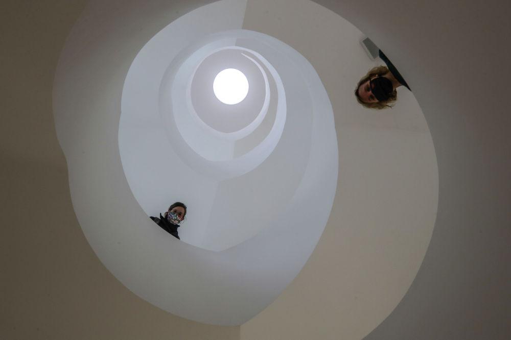 Посетители Еврейского музея во Франкфурте, открывшегося после реконструкции.