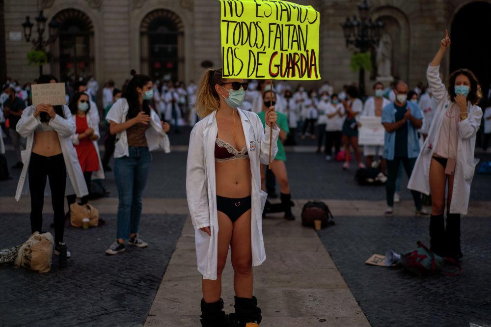 В Барселоне прошла акция протеста медработников, которые требовали улучшения условий труда во время пандемии