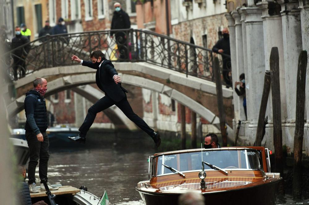 Актер Том Круз перепрыгивает с одной лодки на другую во время съемок новой части фильма Миссия невыполнима в Венеции