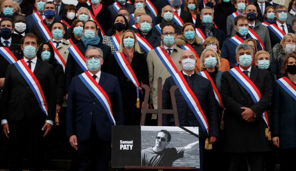 Французский учитель Самюэль Пати, погибший от рук исламского радикала, будет посмертно награжден орденом Почетного легиона. На фото: члены парламента Франции отдают дань памяти Самуэля Пати.
