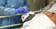 Медицинский работник ухаживает за пациентом больным COVID-19