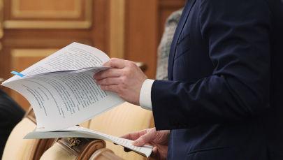 Чиновник с документами в руке. Архивное фото