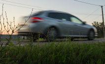 Автомобиль едет по дороге. Архивное фото