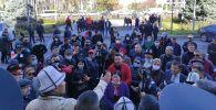 Митингующие у здания мэрии Бишкека. Архивное фото