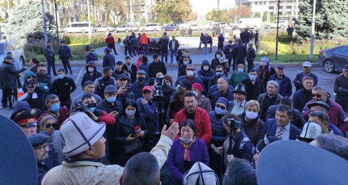 Митингующие у здания мэрии Бишкека, где требуют отставки и.о. мэра Наримана Тюлеева.