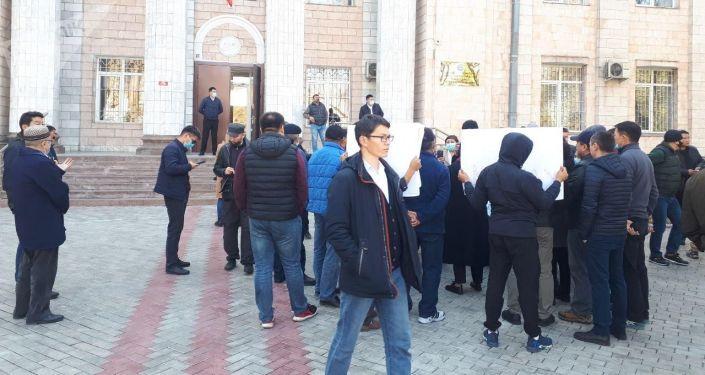 Митинг у здания Центральной комиссии по выборам и проведению референдумов в Бишкеке с требованием, чтобы повторные парламентские выборы состоялись в объявленный ЦИКом срок