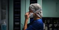 Медицинский работник во время работы в больнице