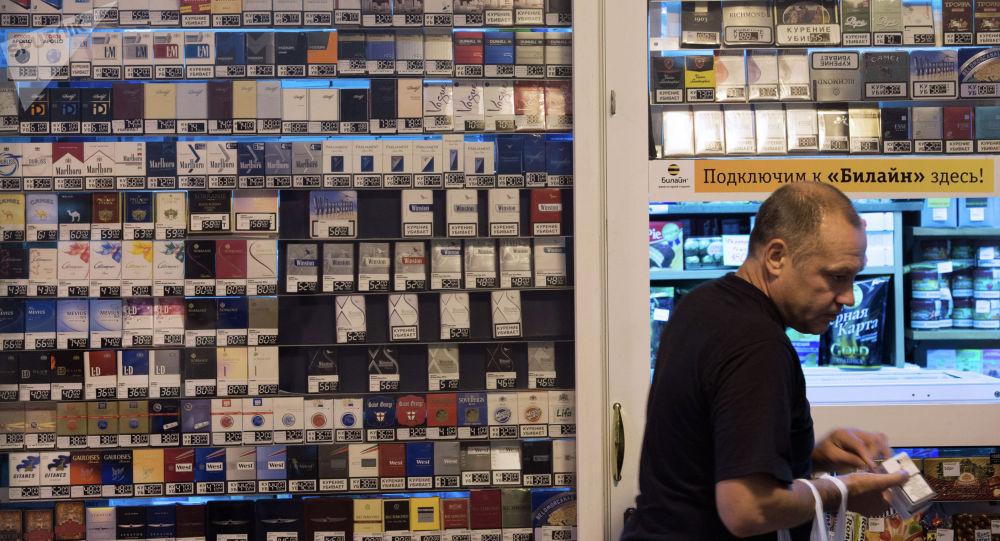 Продажа сигарет в одном из торговых киосков города. Архивное фото