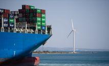 Транспортировка контейнеров с грузом через океан. Архивное фото