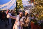 Девушки фотографируются на Манежной площади в Москве. Архивное фото