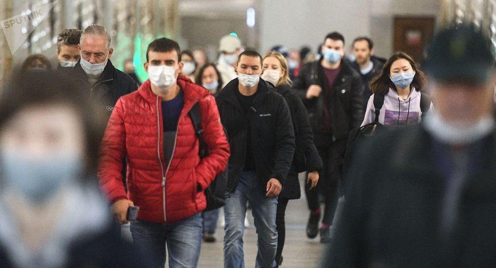Москванын метросунда бараткан адамдар. Архивдик сүрөт