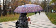 Женщина с зонтом. Архивное фото