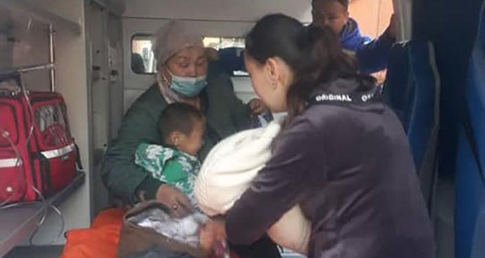 Эвакуация жителей многоквартирного дома в Оше, на четвертом этаже которого горит квартира