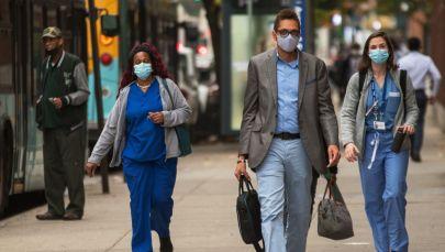 Прохожие в защитных масках на улице города