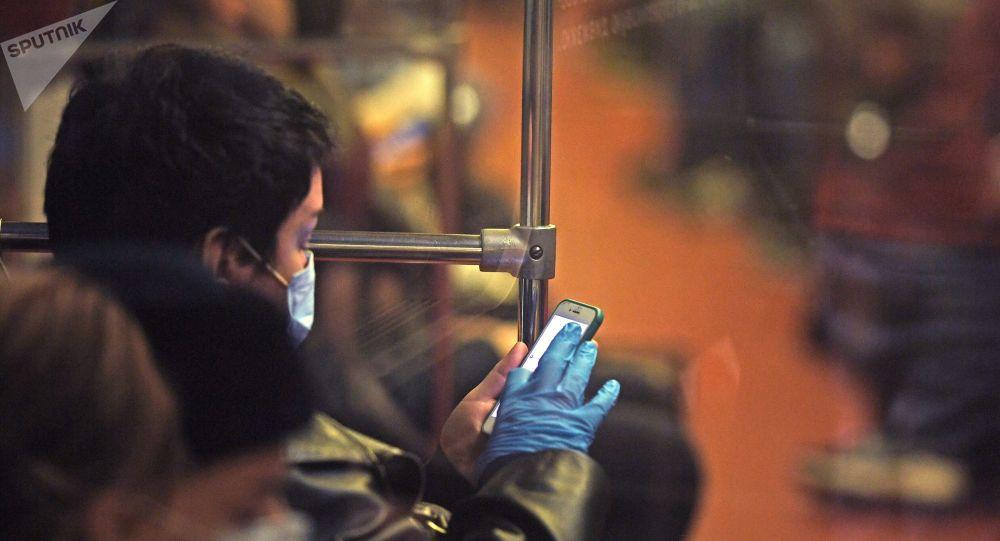 Женщина в защитной маске едет в общественном транспорте. Архивное фото
