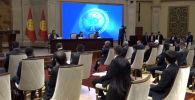 Жогорку Кеңештин депутаттары Ала-Арча мамлекеттик резиденциясына жыйынга чогулду. Бүгүн премьер-министр Садыр Жапаров жана жаңы өкмөт мүчөлөрү ант берет.
