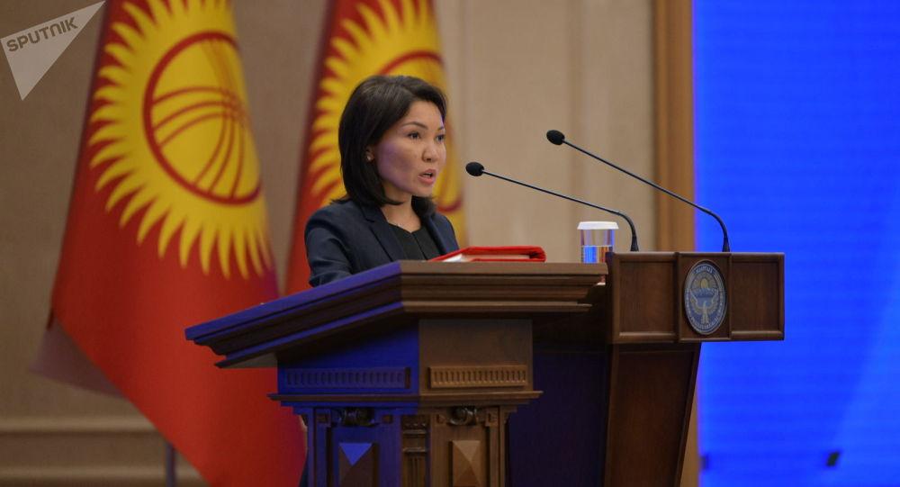 Эльвира Сурабалдиева приносит присягу, вступая в должность вице-премьер-министра Кыргызстана на заседании Жогорку Кенеша в государственной резиденции Ала-Арча