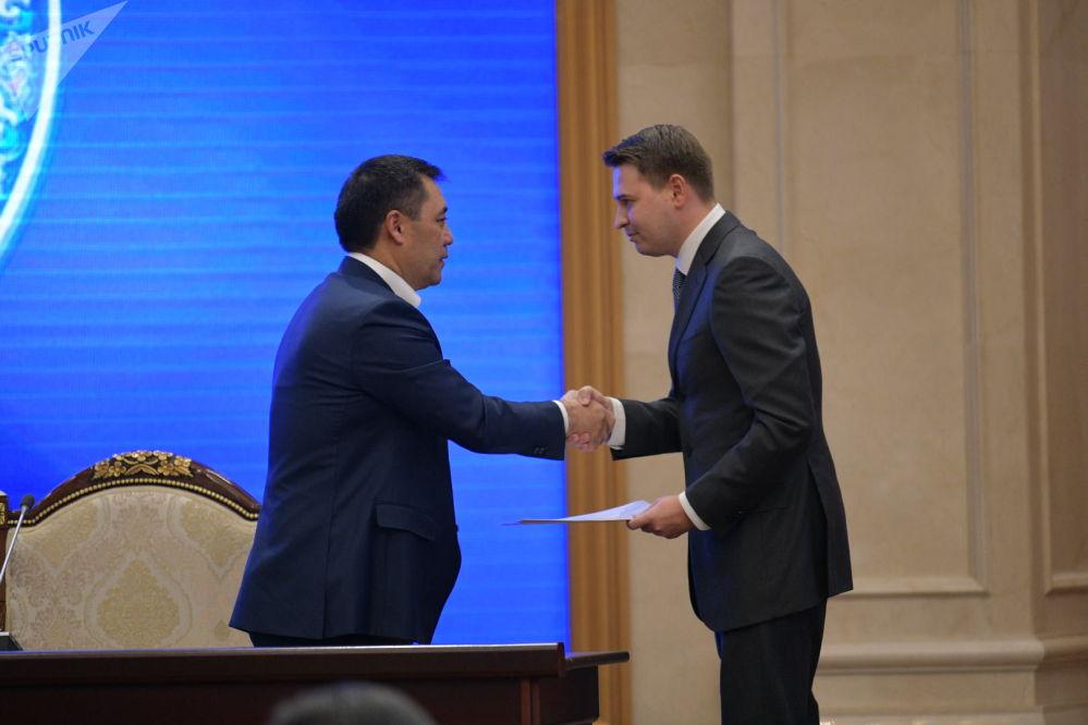 Первый вице-премьер-министр Кыргызской Республики Артем Новиков во время принесения присяги на заседании Жогорку Кенеша в государственной резиденции Ала-Арча. 28 октября 2020 года