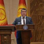 Министр транспорта и дорог Бакыт Бердалиев во время принесения присяги на заседании Жогорку Кенеша в государственной резиденции Ала-Арча. 28 октября 2020 года