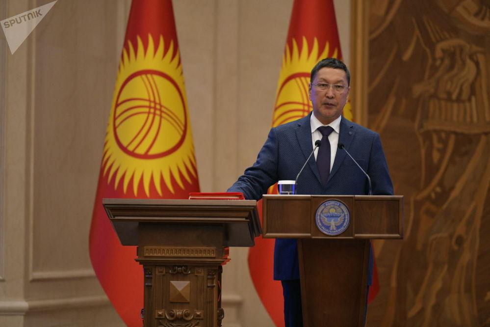 Министр чрезвычайных ситуаций Бообек Ажикеев во время принесения присяги на заседании Жогорку Кенеша в государственной резиденции Ала-Арча. 28 октября 2020 года