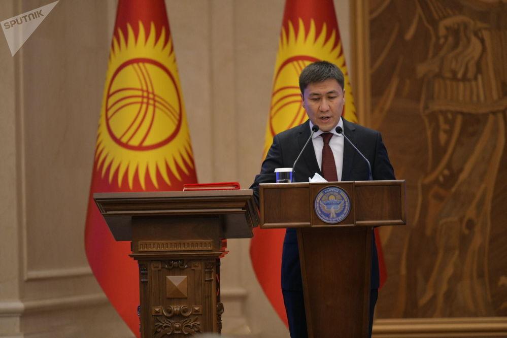 Министр образования и науки Алмазбек Бейшеналиев во время принесения присяги на заседании Жогорку Кенеша в государственной резиденции Ала-Арча. 28 октября 2020 года
