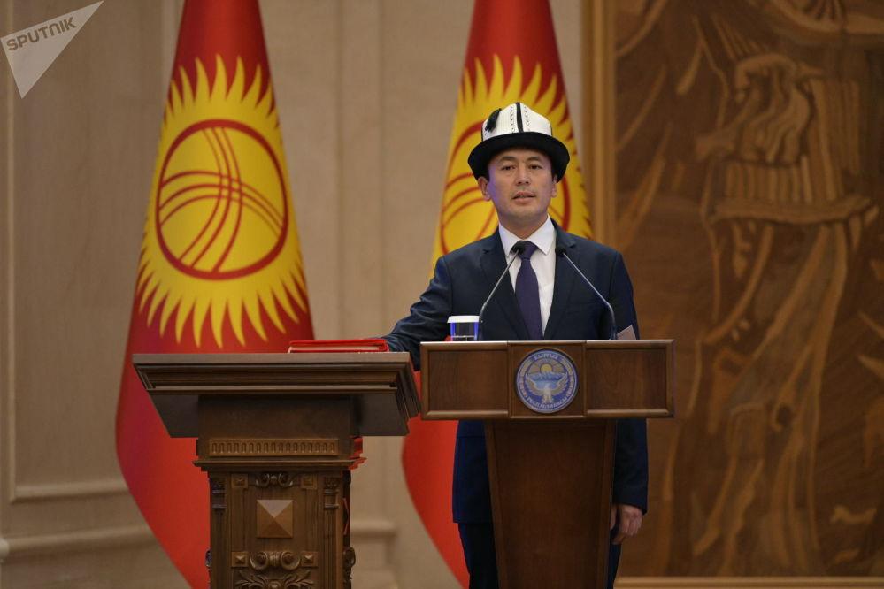 Министр культуры, информации и туризма Нуржигит Кадырбеков во время принесения присяги на заседании Жогорку Кенеша в государственной резиденции Ала-Арча. 28 октября 2020 года