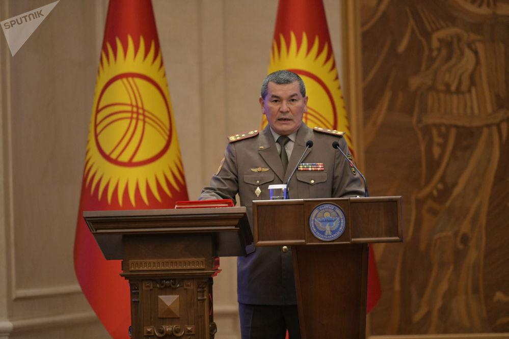 Председатель Государственного комитета по делам обороны Эрлис Тердикбаев во время принесения присяги на заседании Жогорку Кенеша в государственной резиденции Ала-Арча. 28 октября 2020 года