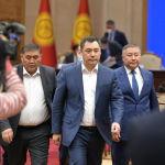 Премьер-министр Кыргызской Республики Садыр Жапаров, Председатель ГКНБ Камчыбек Ташиев и Спикер Канат Исаев во время принесения присяги на заседании Жогорку Кенеша в государственной резиденции Ала-Арча. 28 октября 2020 года