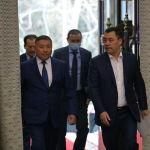 Премьер-министр Кыргызской Республики Садыр Жапаров и Спикер Канат Исаев во время принесения присяги на заседании Жогорку Кенеша в государственной резиденции Ала-Арча. 28 октября 2020 года