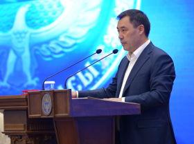 Премьер-министр Садыр Жапаров ант берип жаткан учуруд