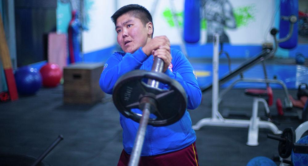 Бишкекчанин Орозбек Мейманбек уулу во время тренировок в тренажерном зале