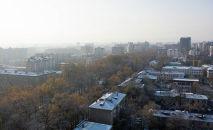 Вид на проспект Эркиндик с высоты в Бишкеке, где выпал первый осенний снег.