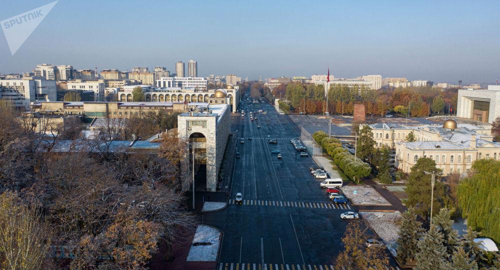 Вид на утренний площадь Ала-Тоо и проспект Чуй с высоты. Архивное фото