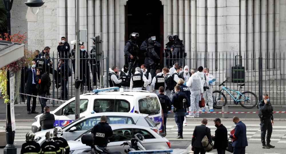 Силы безопасности охраняют территорию после сообщения о нападении с ножом в церкви Нотр-Дам в Ницце. Франция, 29 октября 2020 года