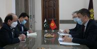 Билим берүү жана илим министри Алмазбек Бейшеналиев Пакистандын Кыргызстандагы атайын жана ыйгарым укуктуу элчиси Сардар Азхар Тарик Ханды кабыл алды