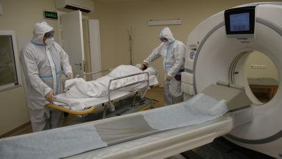 Медицинские везут пациента к аппарату компьютерной томографии. Архивное фото