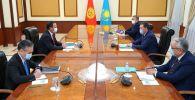 Встреча министра иностранных дел Кыргызской Республики Руслана Казакбаева с премьер-министром Республики Казахстан Аскаром Маминым в рамках рабочего визита в город Нур-Султан. 29 октября 2020 года