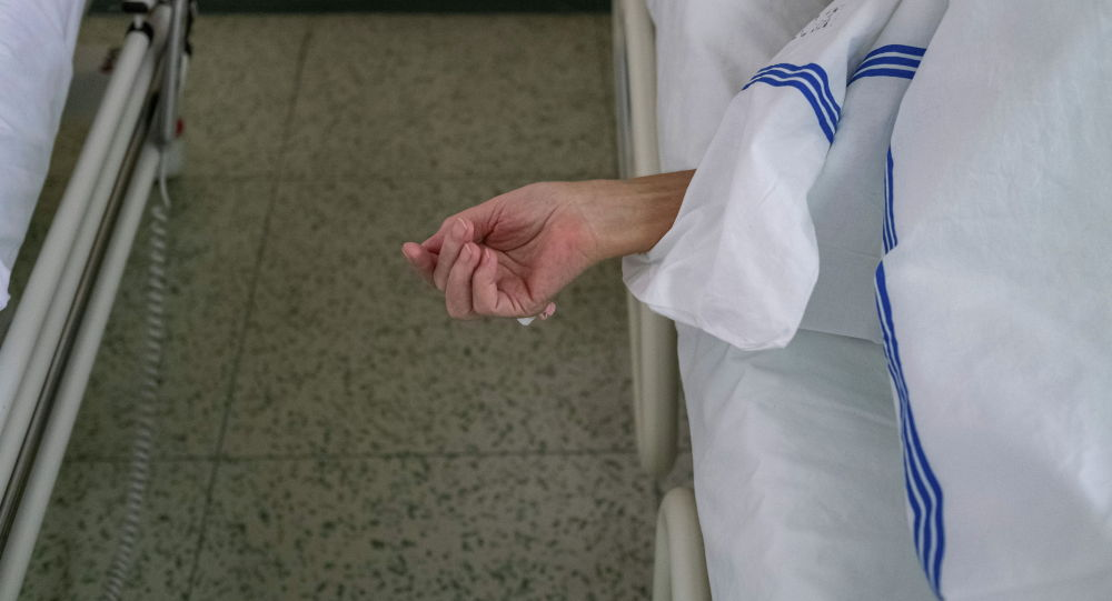 Пациент с COVID-19 в больничной койке. Архивное фото