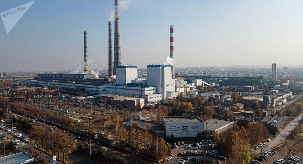 Клубы белого пара на территории ТЭЦ Бишкека, после отключения электроэнергии