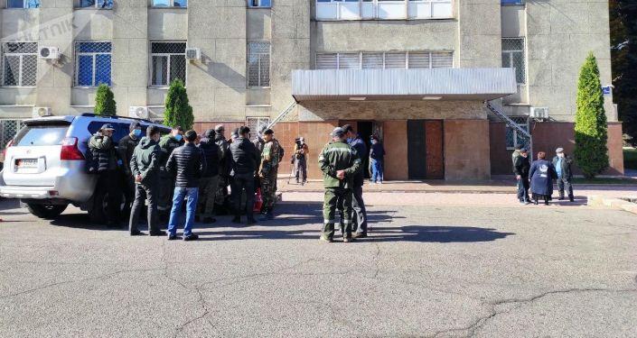 Митинг сотрудников Восточной, Западной и Аламудунской РЭС у Дома правительства в Бишкеке