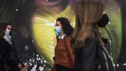Прохожие в защитных масках на улице Гран-Виа в Мадриде. Архивное фото