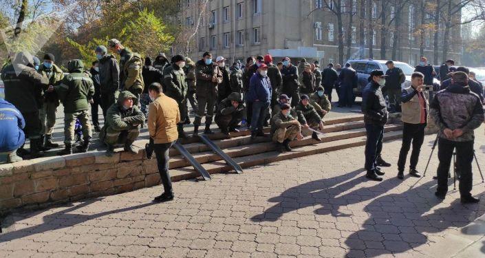 Сотрудники Восточной, Западной и Аламудунской РЭС во время митинга у Дома правительства в Бишкеке